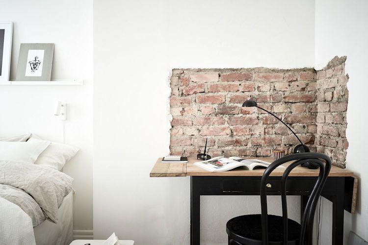 Detalle de ladrillo visto en la zona del escritorio