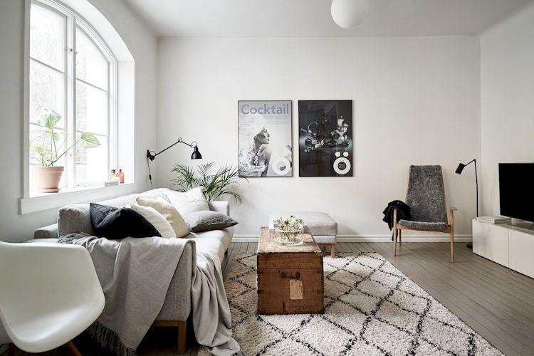 En la sala los muebles se distribuyen sobre las paredes dejando el espacio central libre, lo que contribuye a generar sensación de amplitud