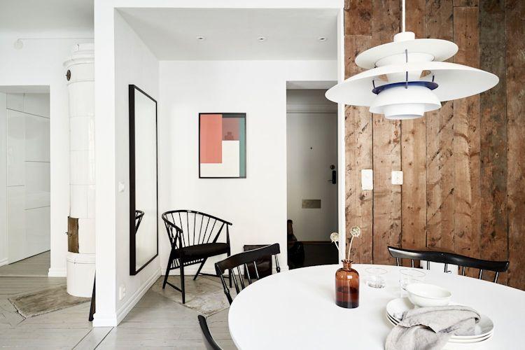 El revestimiento de madera natural aporta acentos rústicos y vintage a la decoración del comedor y cocina