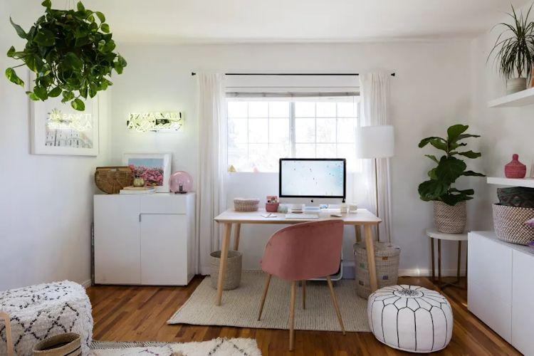 Espacio de trabajo en casa / home office con decoración bohemia moderna