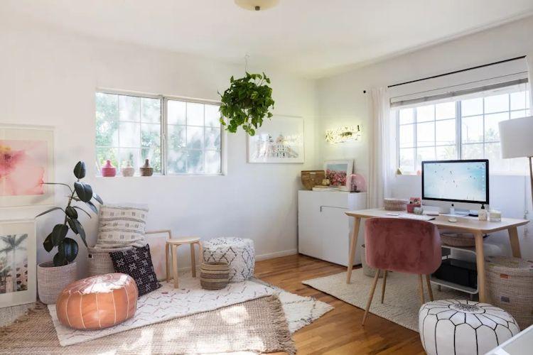 Pouffs, tapetes, cojines y cuadros complementan la decoración de la home office y aportan personalidad