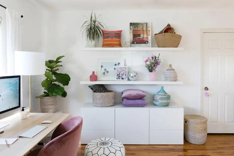 Repisas flotantes minimalistas y muebles de guardado de la misma línea