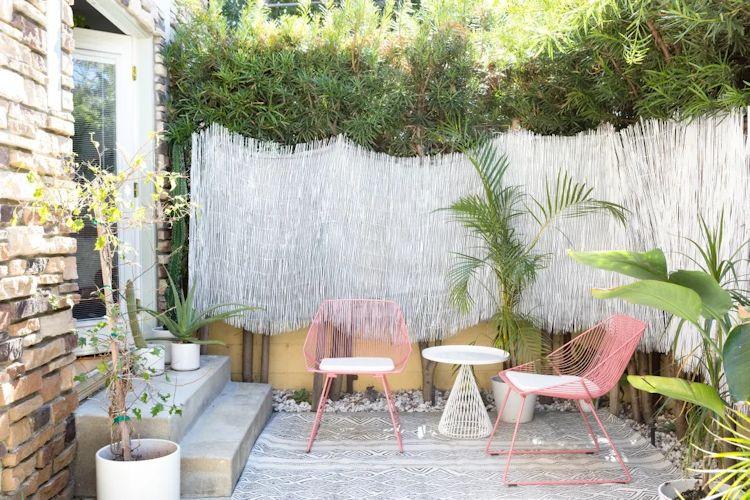 Patio pequeño con muebles de exterior y diseño de bajo mantenimiento