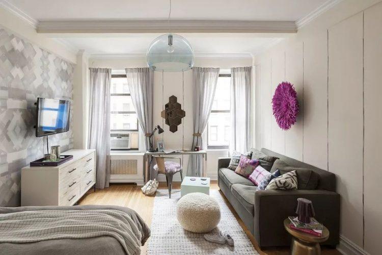 Probar diferentes alternativas con la distribución de muebles hasta encontrar el espacio adecuado para la cama que no interfiera con la sala, comedor o escritorio.
