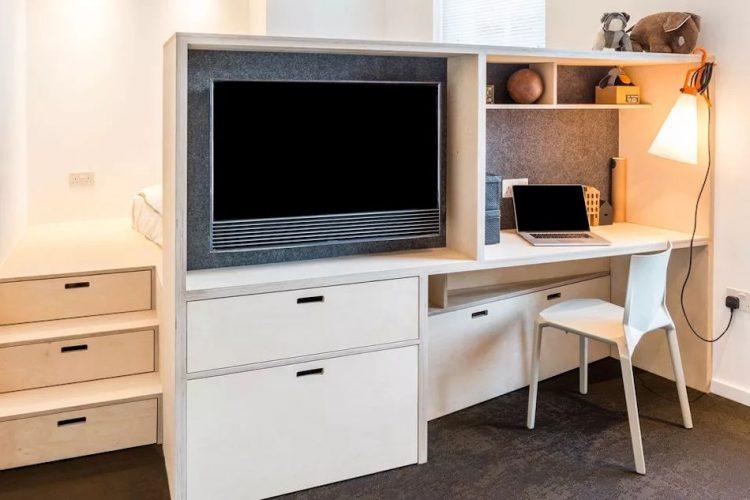Meidante un mueble que contiene el escritorio y la TV, la recámara queda aislada de la sala.