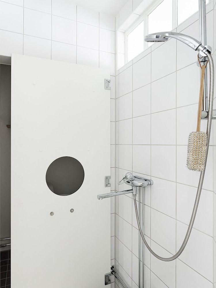 Pared móvil para crear un espacio libre para la ducha dentro del baño