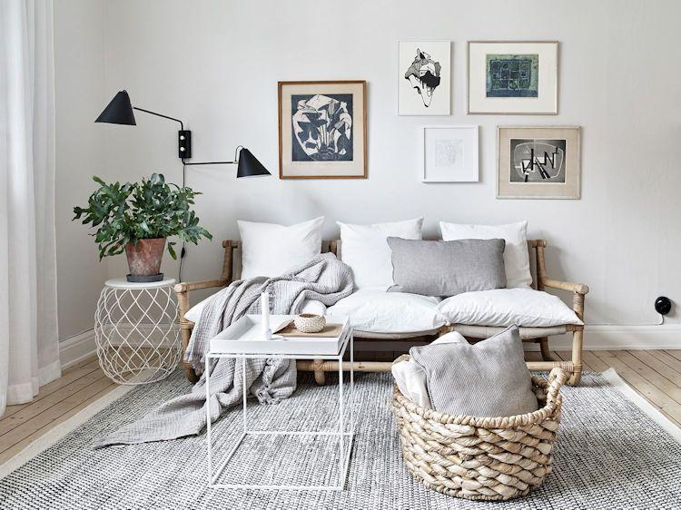 Sala minimalista escandinava con muy pocos muebles y accesorios decorativos
