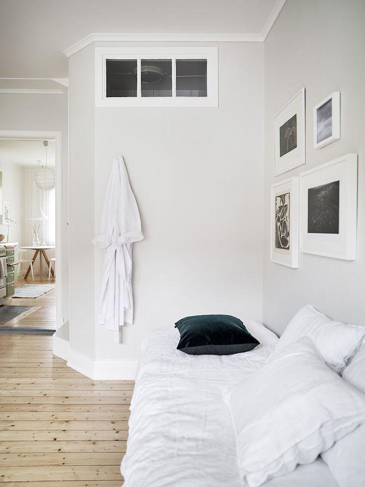 La cama queda aislada en un rincón que no interfiere con la distribución de muebles ni con la circulación