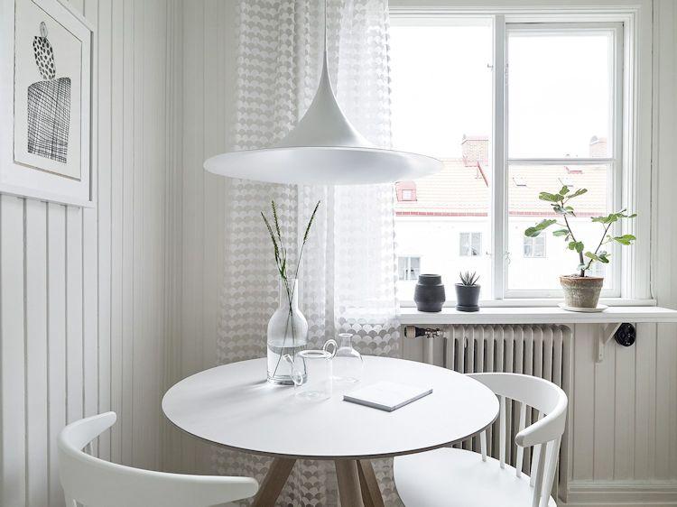 Comedor dentro de la cocina que también puede utilizarse como home office
