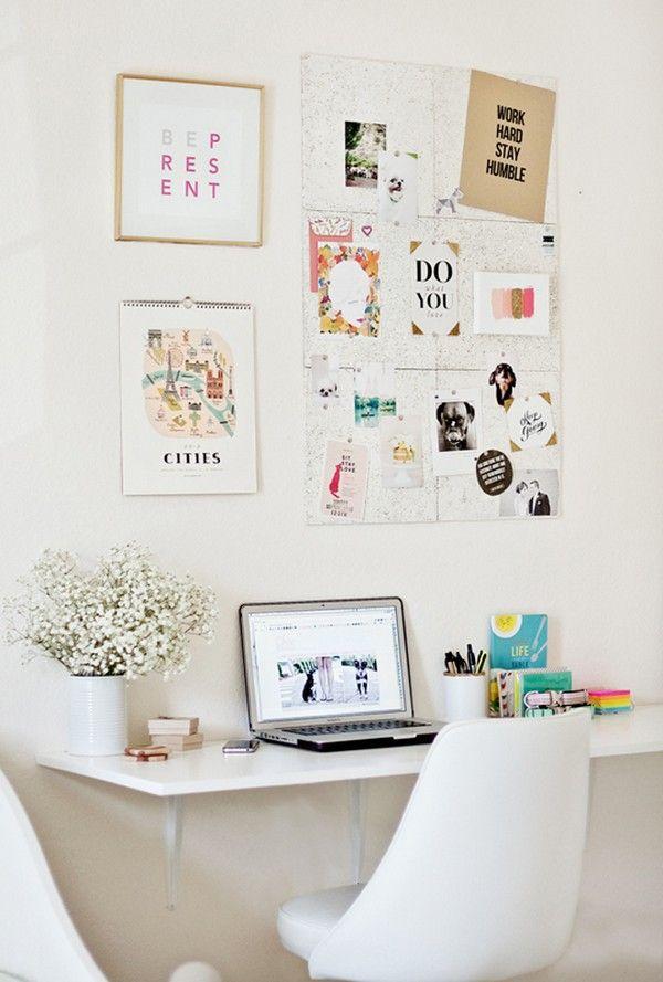 Tabla sujetada a la pared crea un escritorio para la laptop