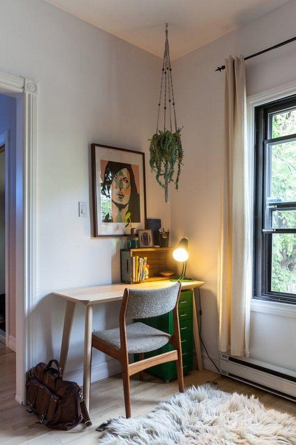 Escritorio de madera con cajonera de metal junto a la ventana de la sala