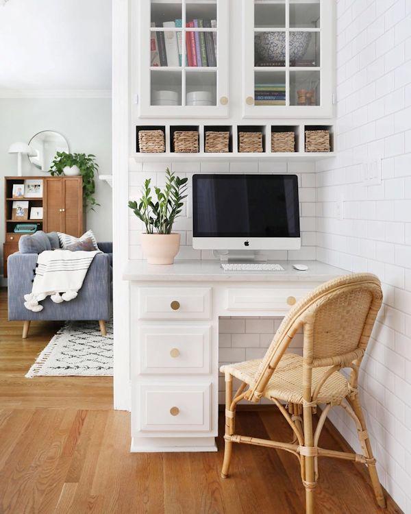 Escritorio en la cocina, con el mismo diseño que los muebles de cocina