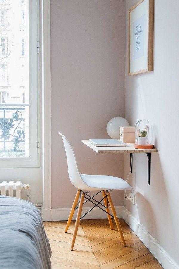 Escritorio flotante minimalista con tabla de madera y soportes de pared en la recámara