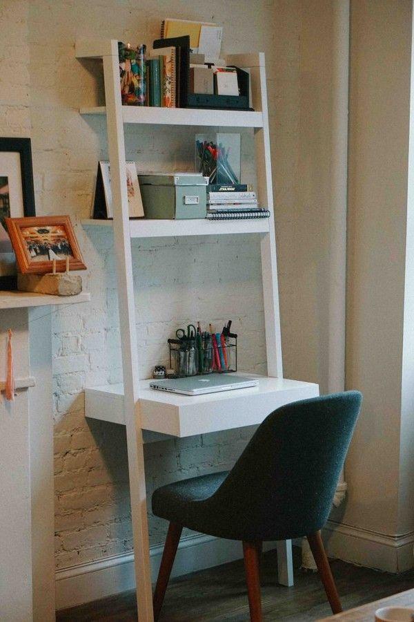 Librero vertical con escritorio incorporado crean un espacio de trabajo en un rincón de la sala