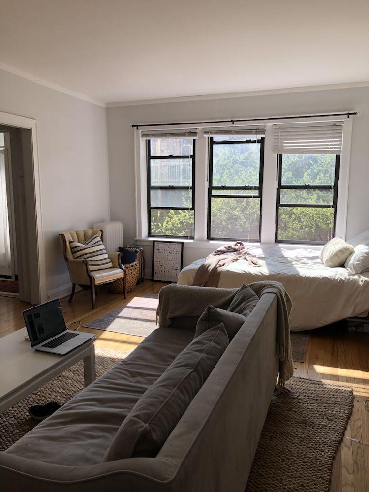Muebles amontonados y rincones poco aprovechados configuran el diseño del departamento