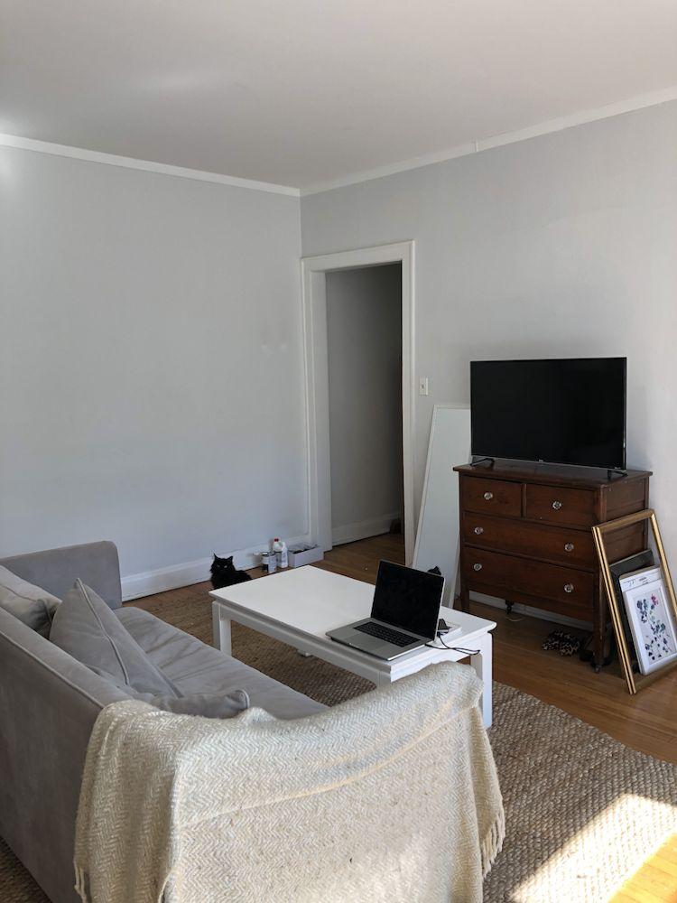 Los muebles amontonados generan saturación visual en departamentos pequeños