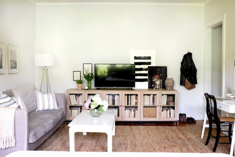 Un nuevo librero ubicado sobre una pared que permite ver TV desde la sala como desde la recámara