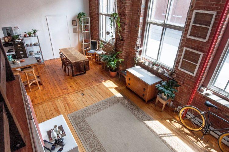 Loft con decoración informal en estilo industrial ecléctico