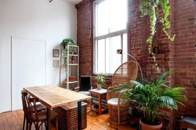La decoración del loft incorpora plantas de interior como elementos que dan dinamismo y colores vibrantes al ambiente
