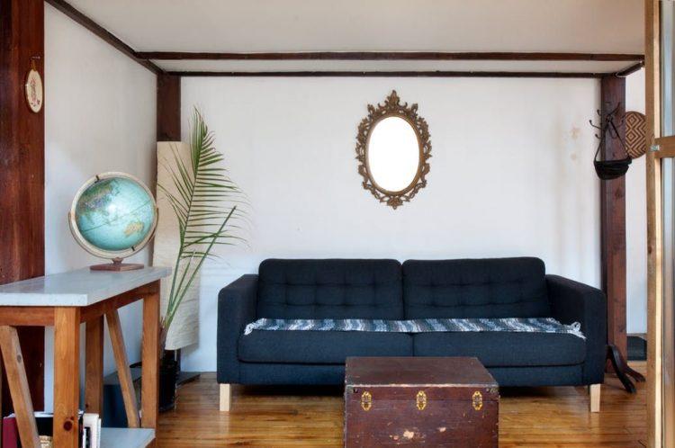 Sofá de Ikea combinado con objetos antiguos