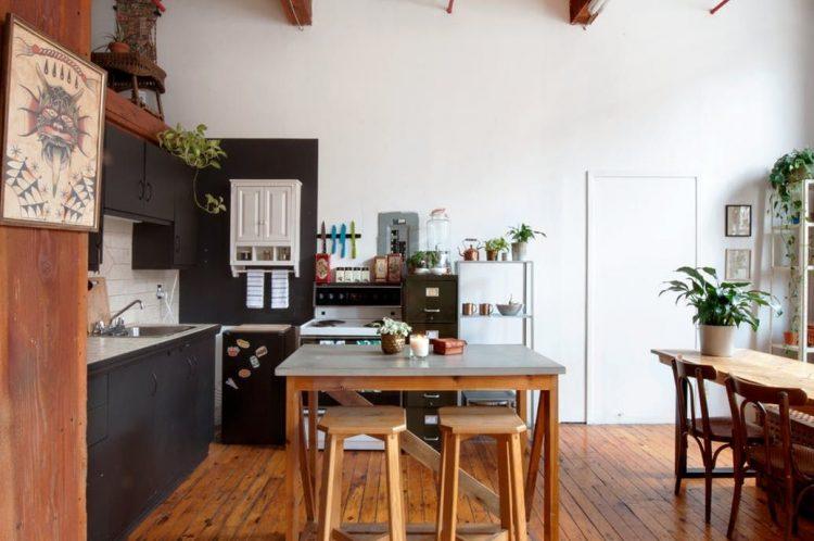 Cocina sencilla con diseño en L y mesa alta como isla de cocina