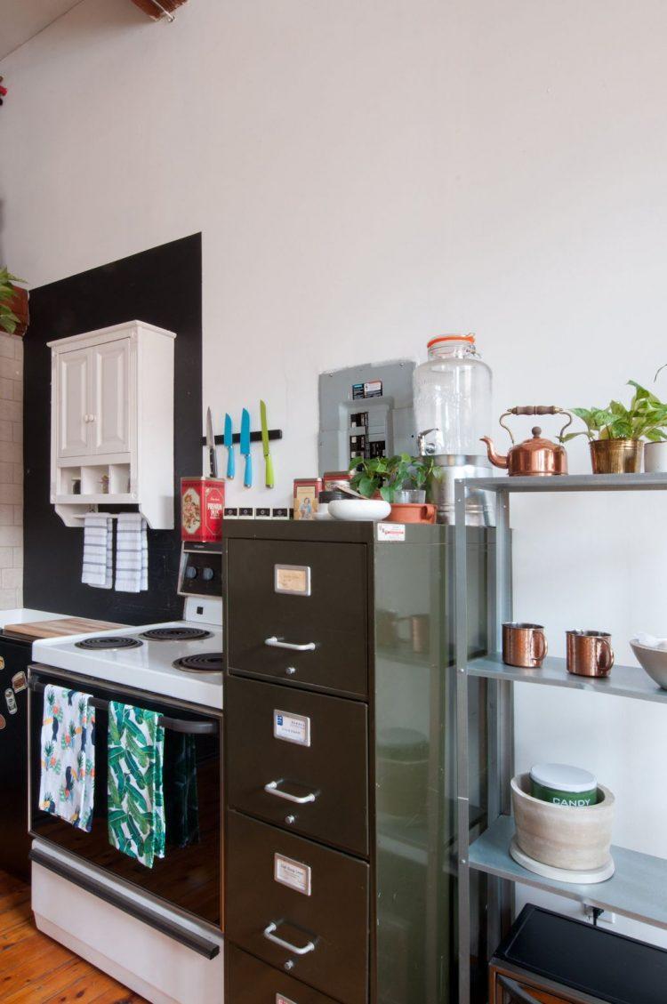 Antiguos archiveros y repisas se utilizan para sumar espacio de guardado en la cocina