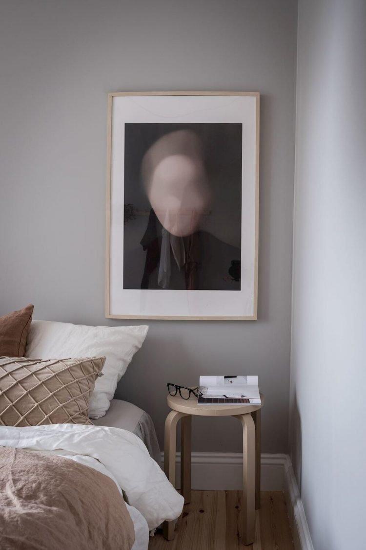 Decoración de la recámara con paredes grises que crean un espacio íntimo y acogedor