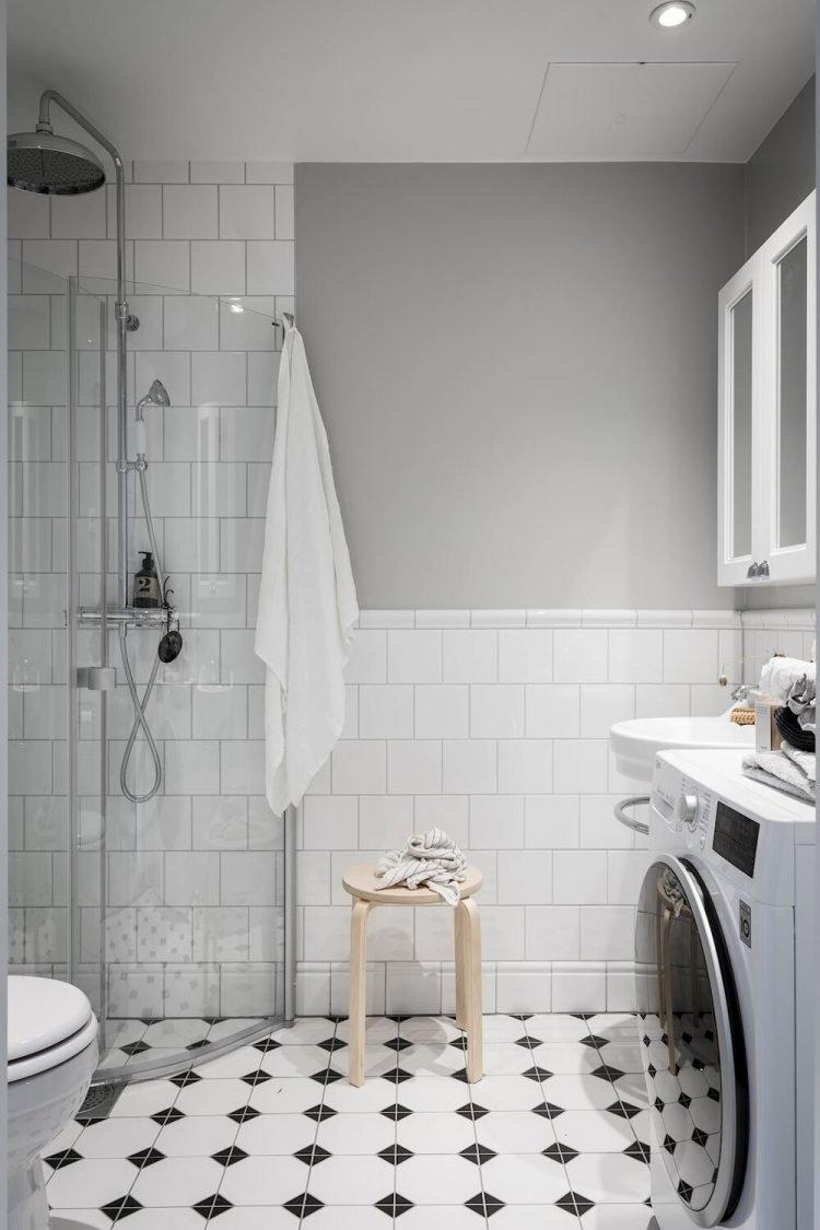 Cuarto de baño pequeño con decoración escandinava y espacio para lavadora