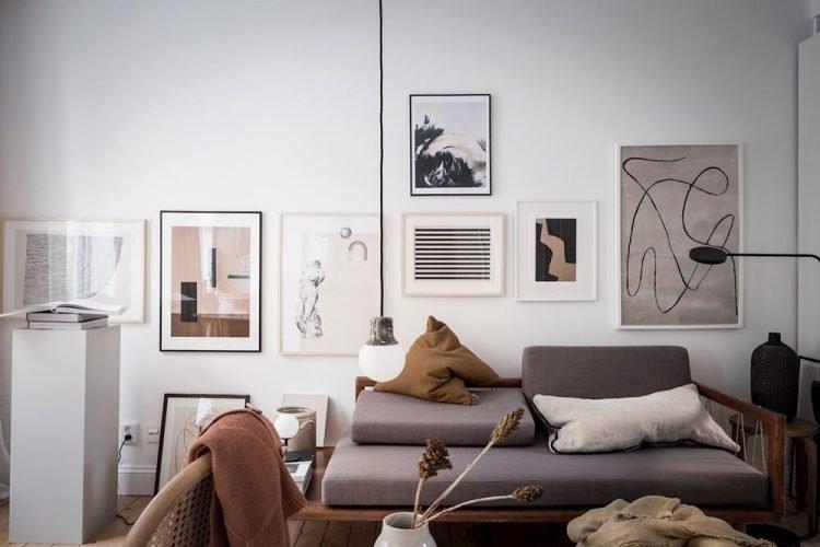 Decoración de salas pequeñas: los cuadros son un recurso útil para incorporar colores diferentes a la decoración sin ocupar espacio