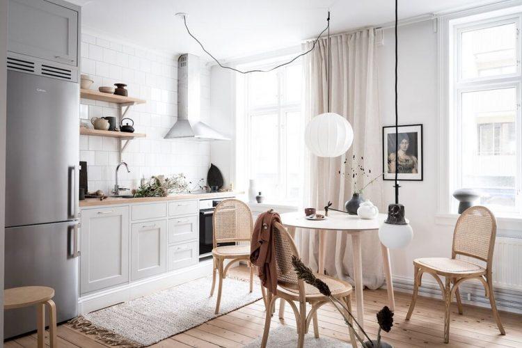 Cocina pequeña con diseño lineal y encimera de madera