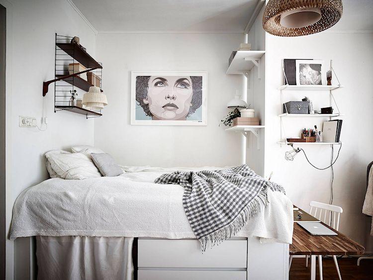 Mesada de madera pegada a la cama elevada crea un lugar de trabajo cómodo y funcional