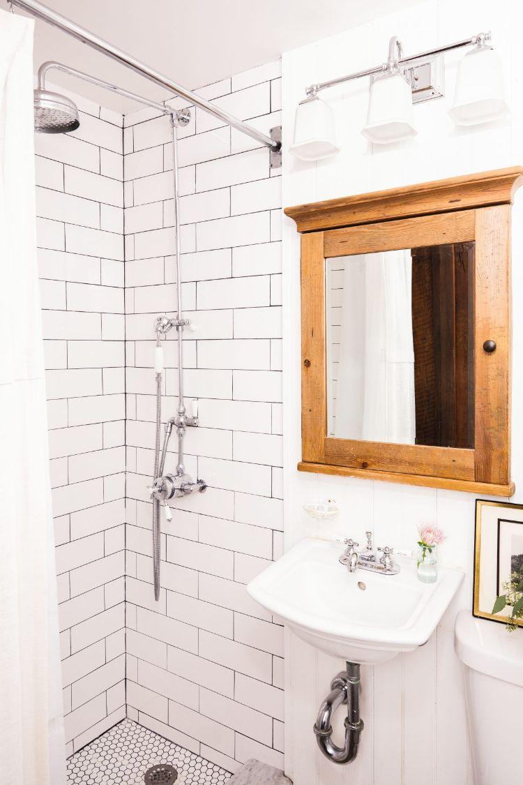 Baño del departamento pequeño con revestimientos estilo subway