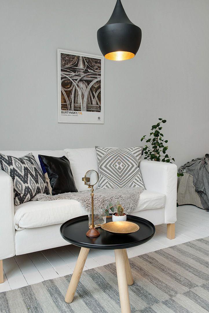 Sofá de Ikea, mesita de centro escandinava y lámpara de techo