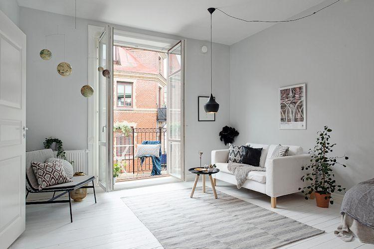 El estudio es pequeño pero el uso de pocos muebles genera un espacio que se siente más amplio