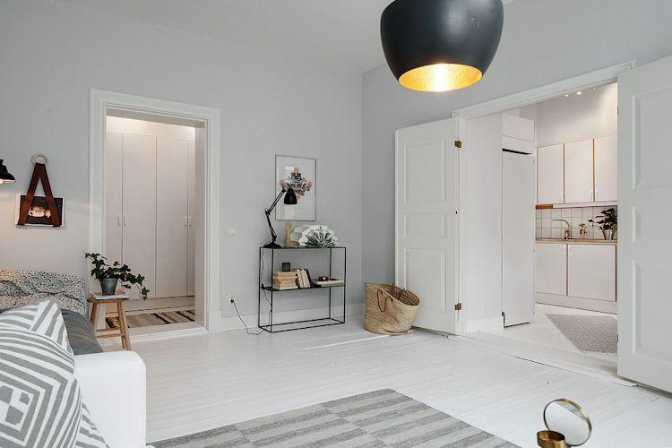 El uso uniforme del color entre los diferentes espacios acentúa el minimalismo de la decoracióncolores claros
