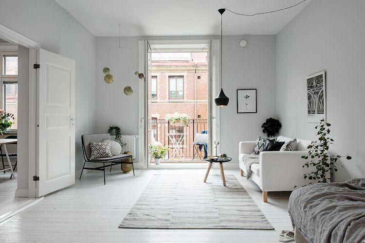 Los muebles distribuidos sobre las paredes dejan libre el área central y facilitan la circulación