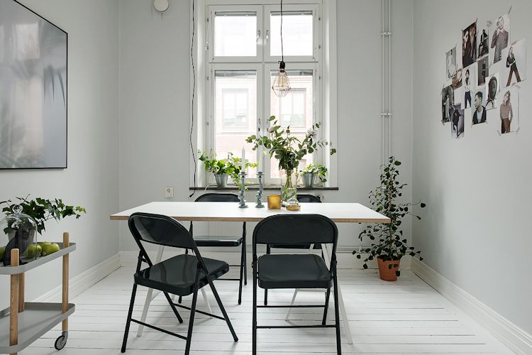 Comedor económico con sillas plegables y mesa con caballetes