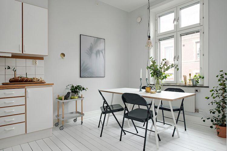 La cocina - comedor repite los colores del ambiente principal, creando continuidad entre los espacios