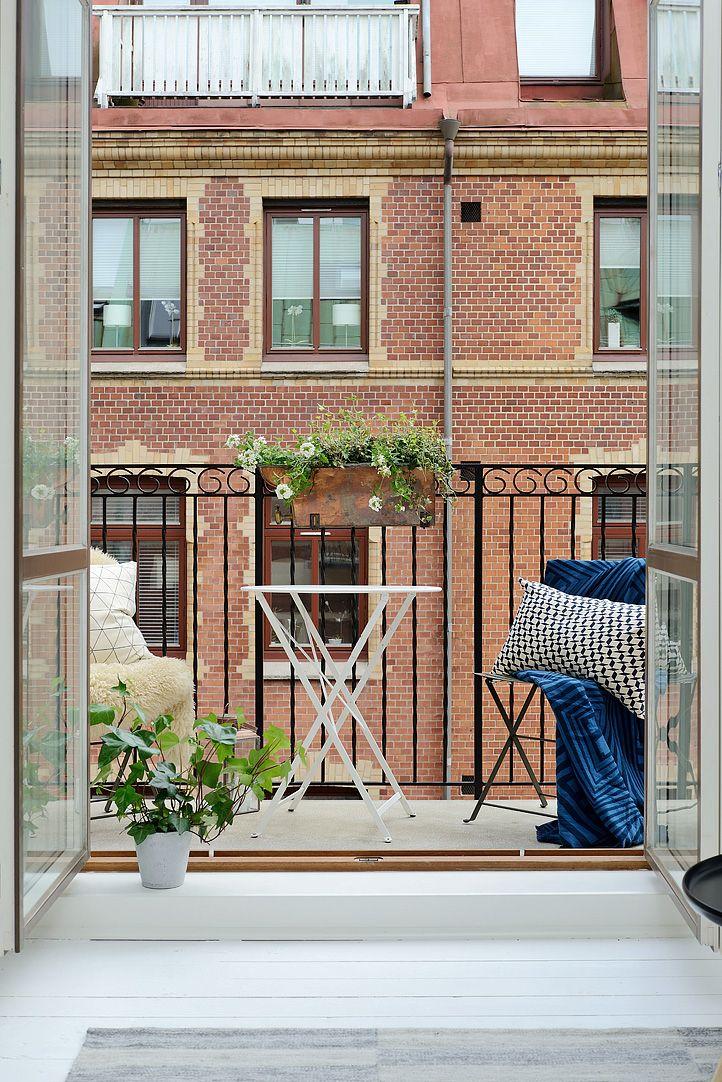 Diseño del balcón pequeño al que se accede desde la sala