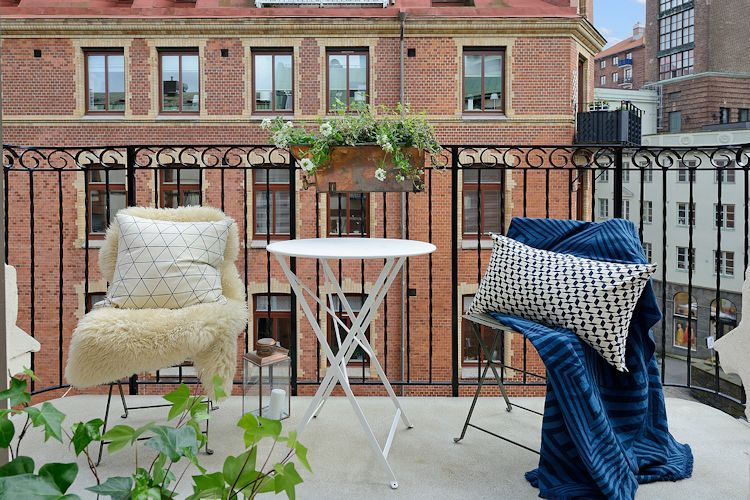 Comedor exterior en el balcón con sillas y mesa plegables, fáciles de mover