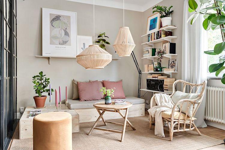 Sala con sofá económico de triplay y muebles / accesorios de fibras naturales
