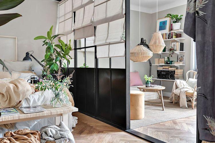 Muebles y accesorios decorativos en fibras naturales definen la decoración de la recámara junto a las plantas.