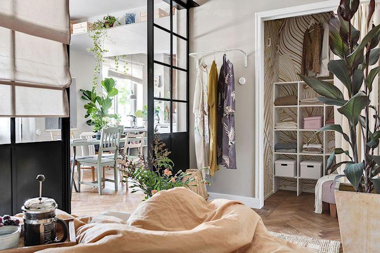 Walk in clóset de la recámara con paredes con papel tapiz para diferenciarlas del resto de la recámara.