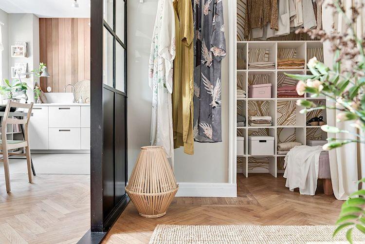 Una cortina de tela en tonos claros permite ocultar el interior del clóset y ahorrar espacio a la vez.