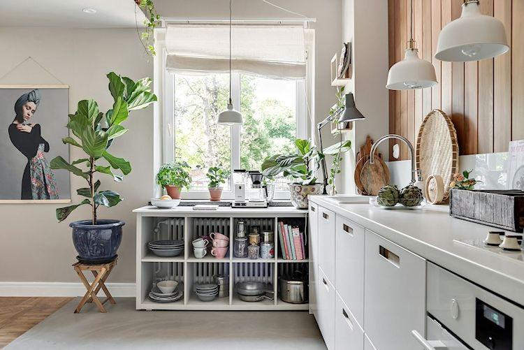 Diseño de cocinas: espacio de guardado oculto combinado con muebles que permiten almacenar y dejar a la vista los objetos más llamativos, decorando a la vez.