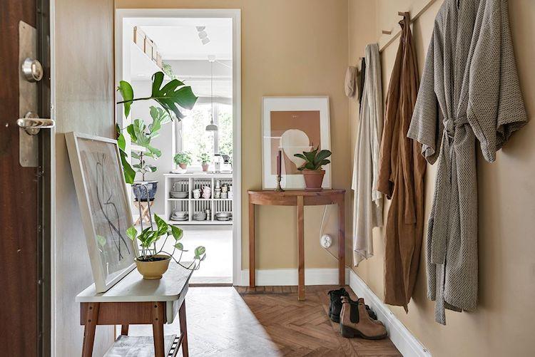 Entrada del estudio con paredes pintadas en amarillo mostaza para diferenciar el espacio del resto de la vivienda.