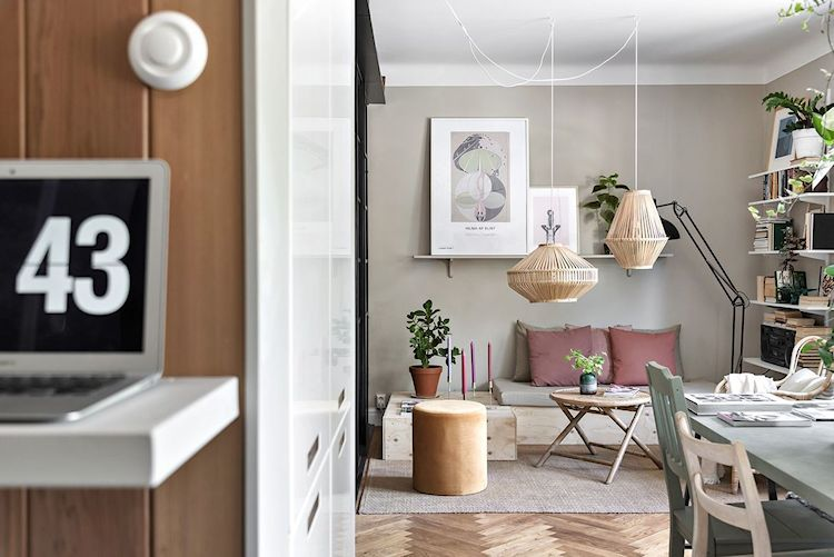 Espacio de trabajo creado con una repisa colgada del clóset que oculta el refrigerador.