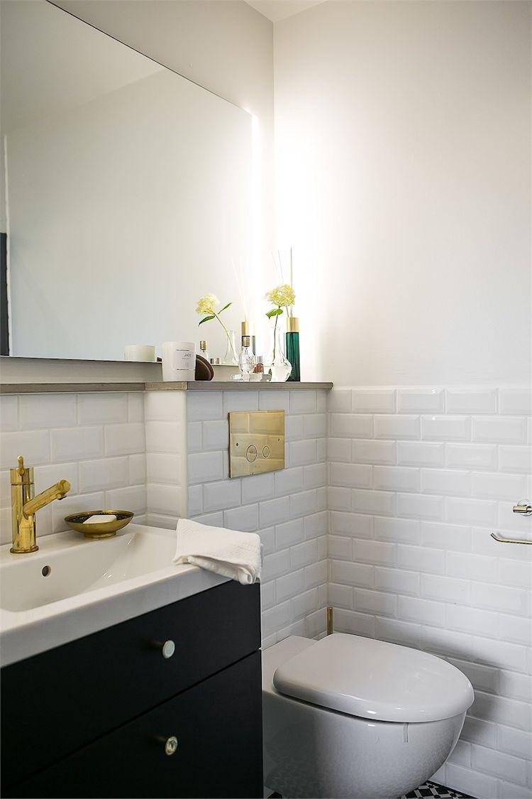 Baño pequeño de diseño con cerámicas a media altura estilo subway.