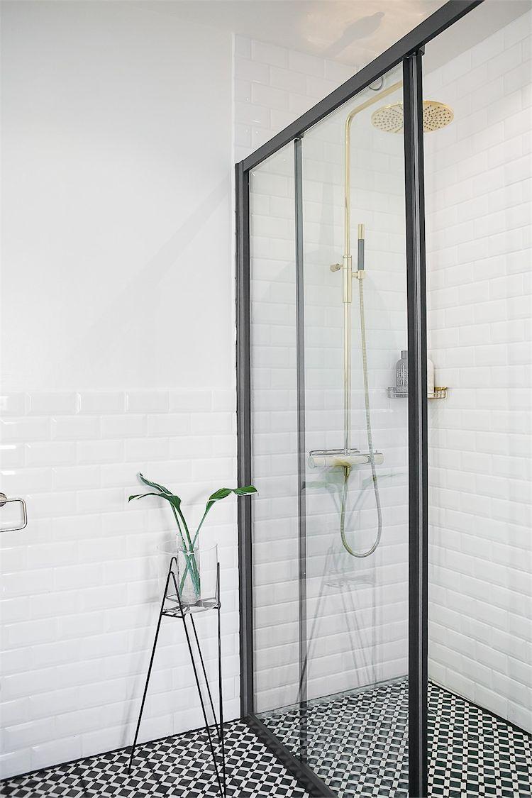Grifería dorada para sumar colores diferentes a la decoración del baño.