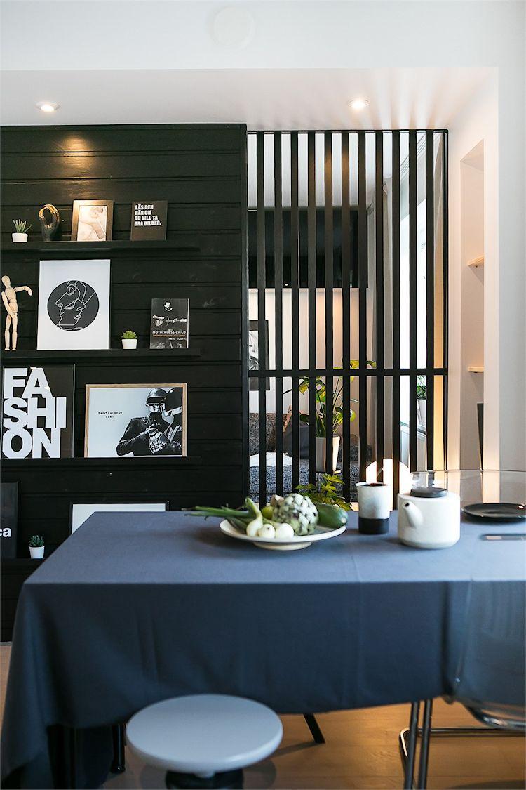 Repisas integradas a la pared de madera permiten decorar el comedor sin ocupar espacio.